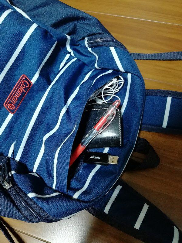 外側上部のポケットには取り出しやすさからキーケース・ペン・イヤホン・USB。