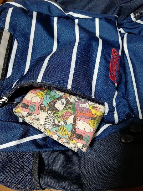 外部中央のポケットには文庫本。以前は財布をここに入れていたが、電車内でスリに遭うのでは?と思いやめた。