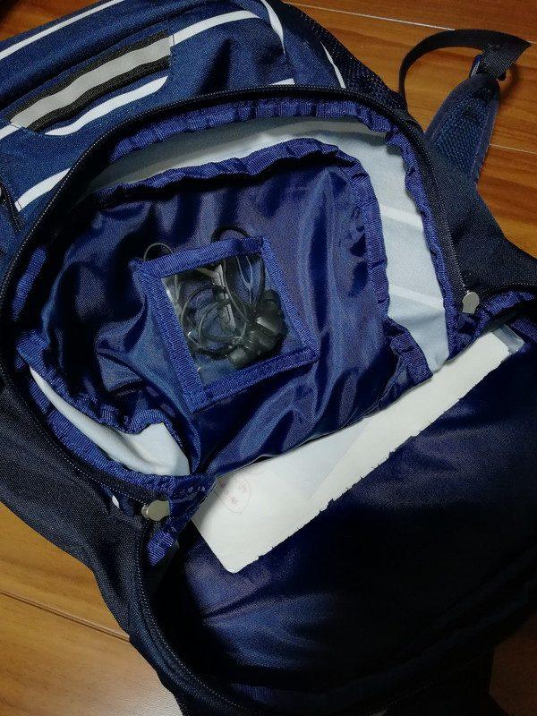 中を開けると便利なミニポケットがあるのでBluetoothイヤホンを。