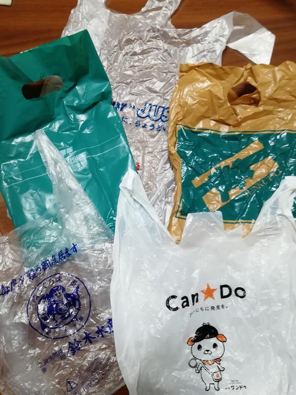 買い物をした際の袋5枚。
